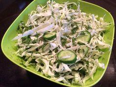 Krautsalat aus jungem Weißkohl mit Gurken und Dill (ukrainische Küche)   Gemüse…