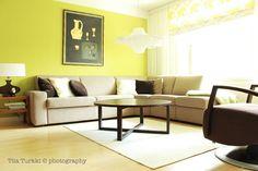 Kuva Koto Sisustussuunnittelun toteuttamasta kohteesta. Koton löydät TaloTalosta, rakentajan palvelukeskuksesta. #decorating #sisustus #livingroom #olohuone #keltainen #yellow #sohva #couch #koti #home #scandinavian #sisustussuunnittelu #finland #suomi #talotalo