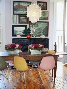 Me gusta la mezcla entre los cuadros clasicos y las sillas modernas.