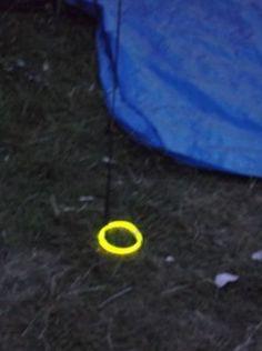 Glow-in-the-dark sticks zijn erg handig bij het kamperen. Doe ze 's avonds om je scheerlijnen zodat je er 'snachts niet over hoeft te struikelen.