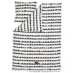 High quality Ferm Living single bed linen with black on white half moon pattern. The bedding is made of organic cotton and the duvet cover is closed with a zip. The single duvet cover comes in a matching tote bag and pillow case.