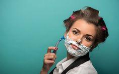 Como escolher a navalha certa para sua necessidade de remoção de pelos - Mulheres estão usando lâminas para eliminar pelinhos indesejados até do rosto. Será que é uma boa ideia? - http://lovys.com.br/lovysmag/beleza/tratamentos/como-escolher-a-navalha-certa-para-sua-necessidade-de-remocao-de-pelos