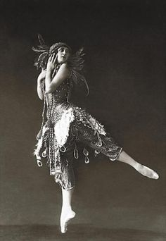 Tamara Karsavina in 'The Firebird', Karsavina famous Russian ballerina, most noted as a Principal Artist of the Imperial Russian Ballet and later the Ballets Russes of Serge Diaghilev. Settled in Hampstead, England teaching ballet. Vintage Ballet, Vintage Circus, Shall We Dance, Just Dance, Firebird, Ballet Costumes, Dance Costumes, Ana Pavlova, Belle Epoque