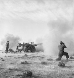 'Pheasant' anti-tank gun in action at the Battle of Medenine, Tunisia, 11 March 1943 North African Campaign, British Soldier, British Army, British Tanks, Afrika Korps, Ww2 Photos, History Online, Military Weapons, A 17