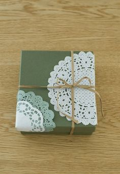 レースペーパーで、手軽にかわいくデコbox.  Paper lace doilies as wrapping accessories