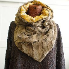 Tutoriel snood triangle liberty et fausse-fourrure Pop Couture, Refashion, Cowl, Sewing Projects, Triangle, Fur Coat, Girl Outfits, Diy, Crochet