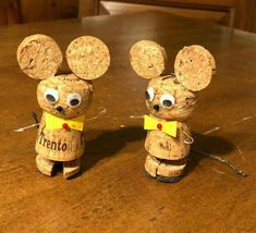 Learn how to make fun and easy DIY Christmas crafts for kids with wine cork ornaments. Most of the supplies can be bought really cheaply at your local dollar store and will make really good holiday decorations for your Christmas tree! Wine Cork Wreath, Wine Cork Ornaments, Wine Cork Art, Wine Corks, Wine Craft, Wine Cork Crafts, Wooden Crafts, Christmas Crafts For Kids To Make, Xmas Crafts