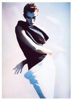 Violetta by Javier Vallhonrat, for Jesús del Pozo. Geometric Fashion, Fashion Graphic, Colorful Fashion, Fashion Model Poses, Fashion Models, Fashion Beauty, Artsy Photos, Pulp, Famous Photographers