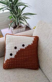 Dit kussen is gehaakt in een mooie bolletjessteek, de berrystitch. Het kussen staat decoratief door het abstracte patroon met de grote houten knopen. De achterkant heeft een knoopsluiting Throw Pillows, Bed, Toss Pillows, Cushions, Stream Bed, Decorative Pillows, Beds, Decor Pillows, Scatter Cushions