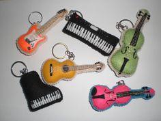 chaveiros de instrumentos musicais em feltro