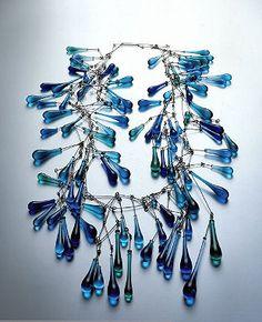 Innovadoras joyas de cristal en una muestra en Nueva York