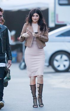 Kylie Jenner wearing Tamara Mellon High Scandal Black Suede Sandals, Topshop Suede Biker Jacket and Topshop Sleeveless Cutout Midi Dress in Nude Kily Jenner, Mode Kylie Jenner, Looks Kylie Jenner, Estilo Kylie Jenner, Kylie Jenner Makeup, Kylie Jenner Outfits, Kylie Jenner Vestidos, Trop Top, Chic Outfits