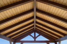 COBERTI Detalle interior de cenador de madera a dos aguas con dos colores Screened In Patio, Deck With Pergola, Outdoor Pavillion, Roof Truss Design, Pergola Decorations, Roof Trusses, Home Ceiling, Building A Shed, Pergola Designs