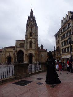 Ana Ozores, la Regenta. Al fondo la Catedral de San Salvador de Oviedo (Asturias)