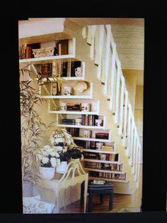 Bibliothèque sous escalier.