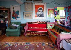 Caro & Josh's Colorful & Quirky English Home (me recuerda a mi primer piso de estudiantes) - on the sofas are two Pendleton Mill Tribute blankets, Buell 2 and Oregon City 1.