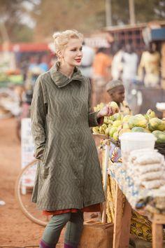 Der Mantel Zaza aus Baumwolle ist ein schön geschnittener Mantel aus Jacquardstoff, dir Gudrun Sjödén eigens für dieses Modell hat weben lassen.