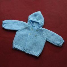 Abriguito de punto de lana con capota, para bebé. Delantera.