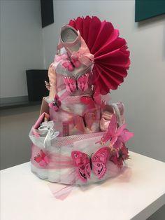 Gâteau de couche pour une naissance d'une petite fille