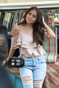 Kathryn Bernardo Outfits, Celebrity Singers, Liza Soberano, Asian Fashion, High Waist Jeans, Actors & Actresses, Asian Girl, Casual Outfits, Celebs