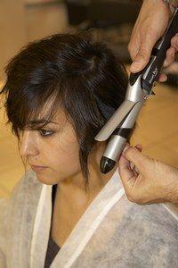 Fer à friser - Coiffure avant après - Le coiffeur dégage bien la racine pour donner plus de volume et laisse retomber les boucles tout autour de la tête. Au final, il les sculpte avec les doigts, les entremêlant...