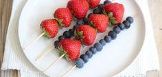 rijg aardbeien en blauwe bessen aan stokjes en besprenkel eventueel met iets honing