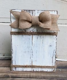 New distressed wood picture frames burlap bows Ideas Rustic Picture Frames, Rustic Frames, Diy Picture Frame, Crafts With Picture Frames, Painting Picture Frames, Picture On Wood Diy, Picture Wall, Wooden Frames, Picture Frame Projects