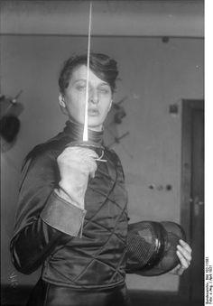 Berlin, Damen-Fechtakademie. Fencing Academy for Ladies.    Source: Deutsches Bundesarchiv
