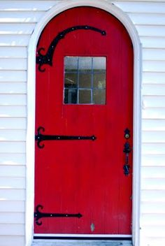 Love a red door, especially against the white house - this I like.