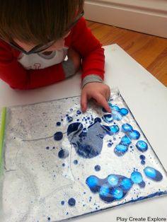 Speel en verkennen: Stop baby-olie, kleurstof, een beetje water, glitter en platte/gladde voorwerpen in een ziplock-zak. Plak de ziplock zak met duct tape op tafel zodat hij niet verschuift.