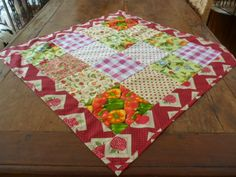 MARCIA BARRETTO patchwork: TOALHA DE MESA Small Quilts, Mini Quilts, Patchwork Quilt, Yo Yo Quilt, Table Runners, Diy And Crafts, Patches, Shabby, Blanket