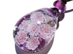 満開の八重桜のペンダントです。サイズ;縦3.3cm×横2.4cm×厚さ1.6cm 素材;ガラス ワックスコードでお仕立てしています。 ...|ハンドメイド、手作り、手仕事品の通販・販売・購入ならCreema。 Resin Crafts, Resin Art, Resin Jewelry, Handmade Jewelry, Resins, Glass Ball, Lampwork Beads, Bead Art, Creema