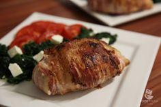 Dieses Gericht wird Dich in den absoluten Food-Himmel katapultieren. Durch die schützende Schicht Bacon bleibt die Hähnchenbrust wunderbar zart.
