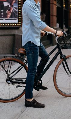 How to style a men's denim outfit for casual days http://www.99wtf.net/young-style/urban-style/kinds-of-urban-look-t-shirt/