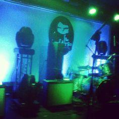 Esperando a #VINILOVERSUS #rock #concert #fridaynight
