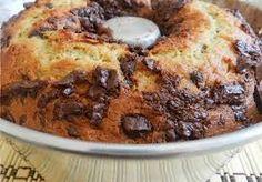 BOLO DE BANANA COM CHOCOLATE INGREDIENTES MASSA: 6 bananas nanicas 2 xícaras de farinha de trigo 1 xícara de chocolate em pó 1 xícara de açúcar refinado 1 xícara de margarina 1 colher (sopa) de fermento em pó COBERTURA: 4 ovos 2 colheres (sopa) de açúcar refinado Um pouco de canela em pó (a gosto,…