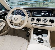 The new three-spoke sports steering wheel allows perfect vehicle control.