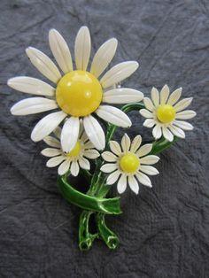 SUMMER DAISY Retro ENAMEL FLOWER Vintage Estate BROOCH Pin (210)