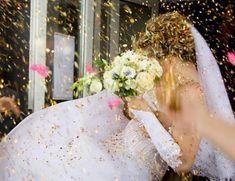 All'uscita dalla chiesa ormai si vedono lanciare cose più svariate agli sposi: farfalle, petali e il classico riso…colorato, però! Volete prepararlo a casa con le vostre mani? Vi forniamo in questo articolo le istruzioni!