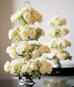Roses et raisin, de quoi agrémenter votre table. Correspondra parfaitement à l'esprit d'un mariage #ivory #decoration #wedding