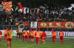 I Leoni festeggiano la vittoria sotto la Gradinata giallorossa