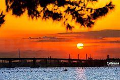 Ma voi riuscite ad immaginare se non ci fossero quelle ciminiere di sfondo al tramonto? Il ponte Punta Penna sarebbe ancora più bello. Questo è il tramonto visto dal mar piccolo a Taranto