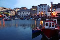 Die Hafenstadt Falmouth liegt in der Grafschaft Cornwall im Süden von England. Zusammen mit den Carrick Roads, einer langgestreckten Meeresbucht, die an die Stadt grenzt, bildet der Hafen von Falmouth den drittgrößten Naturhafen der Welt. Mit Länder und Leute können Sie den einzigartigen Charme der Grafschaft Cornwall erleben.
