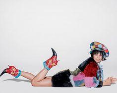 Boots made for walking: em vogue.com.br explicamos quais comprimentos de botas mais valorizam os diferentes formatos de pernas. Acesse já! (Foto @russelljames)  via VOGUE BRASIL MAGAZINE OFFICIAL INSTAGRAM - Fashion Campaigns  Haute Couture  Advertising  Editorial Photography  Magazine Cover Designs  Supermodels  Runway Models
