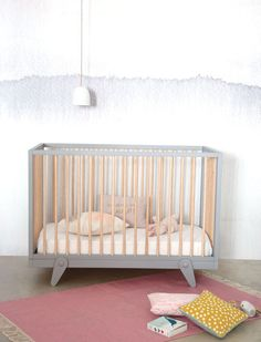 Lit bébé Petipeton, évolutif en lit enfant, bois de hêtre naturel et peint, existe en 2 tailles, à partir de 650 euros, Laurette.