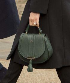 Sus abrigo, sus botines, su bolso... Nos gusta todo de su último look.