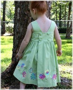Dicas e moldes craft: www. Frocks For Girls, Kids Frocks, Little Girl Outfits, Little Girl Dresses, Kids Outfits, Girls Dresses, Sewing Kids Clothes, Baby Sewing, Fashion Kids