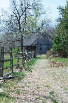 ~looks abandoned & dilapidated but just a few things could bring life to this place & make someone a marvelous home~