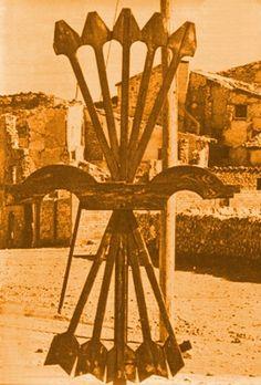 El haz de cinco flechas de la Falange a la entrada de Belchite, un pueblo que mantiene intacta la la imagen de la guerra: el pasado Revista Siete Días Ilustrados 1969