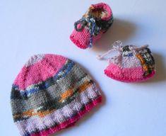f3b8529c6e06 Bonnet et chaussons bébé 0-3 mois en laine multicolore tricoté main - Baby  hat